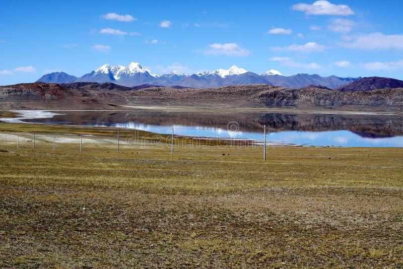 Vreedzaam meer in Tibet royalty-vrije stock fotografie