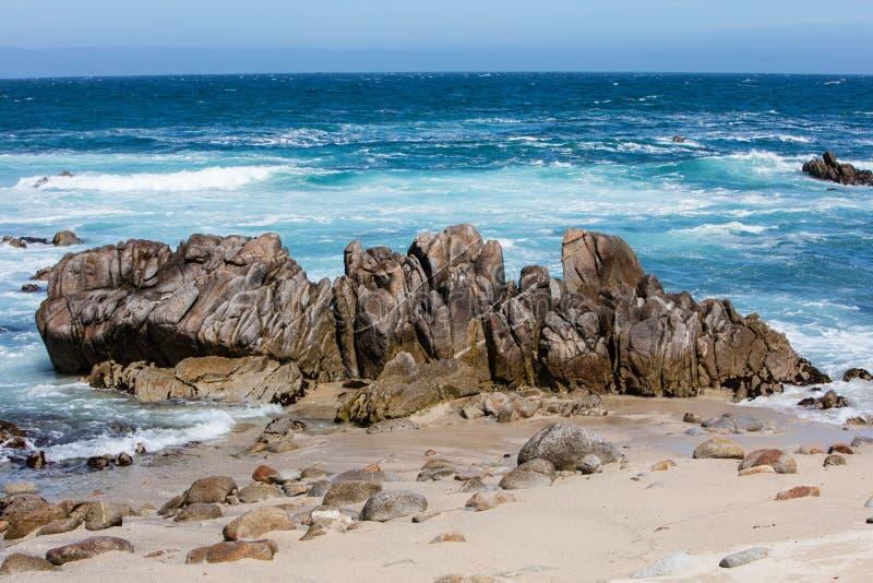 Vreedzaam Oceaan, Strand en Rocky Coastline in Monterey-Baai stock afbeelding