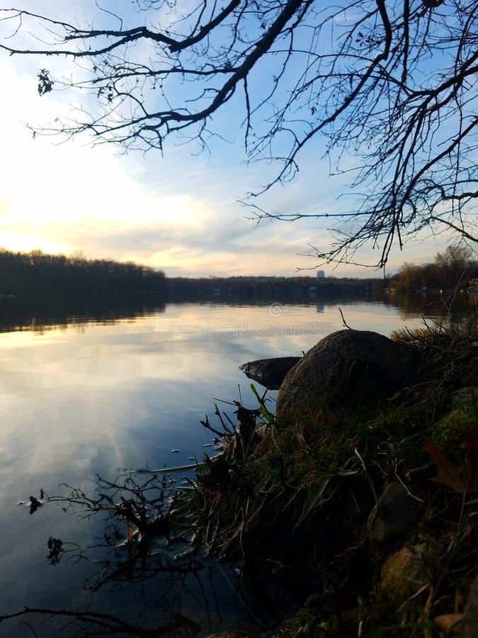 Vreedzaam ogenblik op het meer royalty-vrije stock foto's
