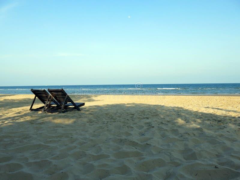 Vreedzaam strand met duidelijke hemel royalty-vrije stock fotografie