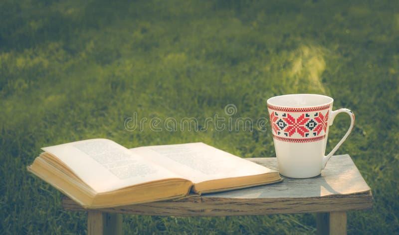 Vreedzaam verblijf Hete thee en rust stock foto