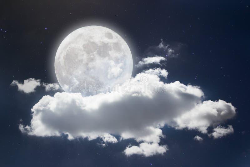 Vreedzame achtergrond, nachthemel met volle maan, sterren, mooie wolken royalty-vrije stock afbeeldingen