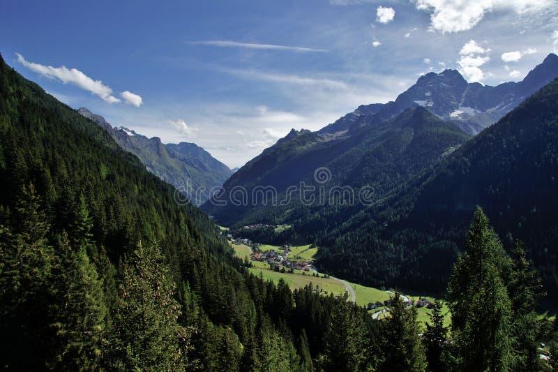 Vreedzame alpiene vallei, Oostenrijk stock foto's