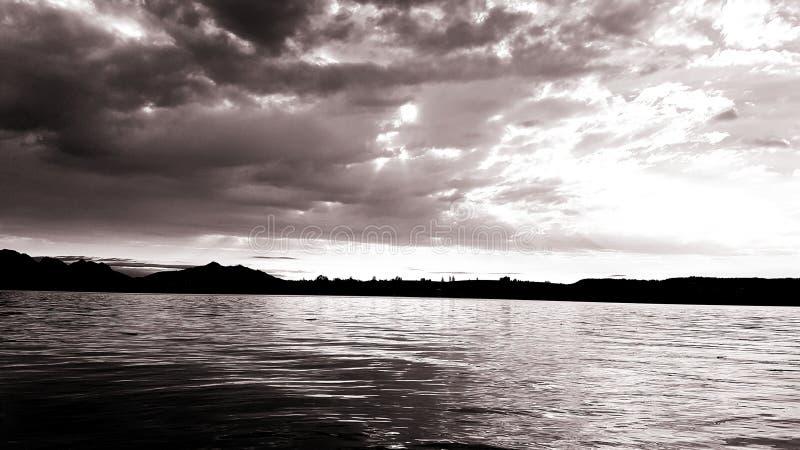 Vreedzame avond door het meer stock fotografie