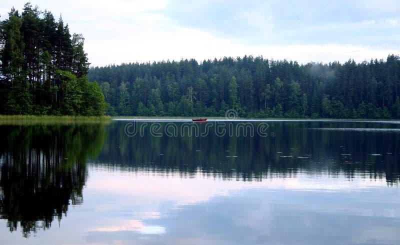 Vreedzame avond door het meer, II stock afbeelding