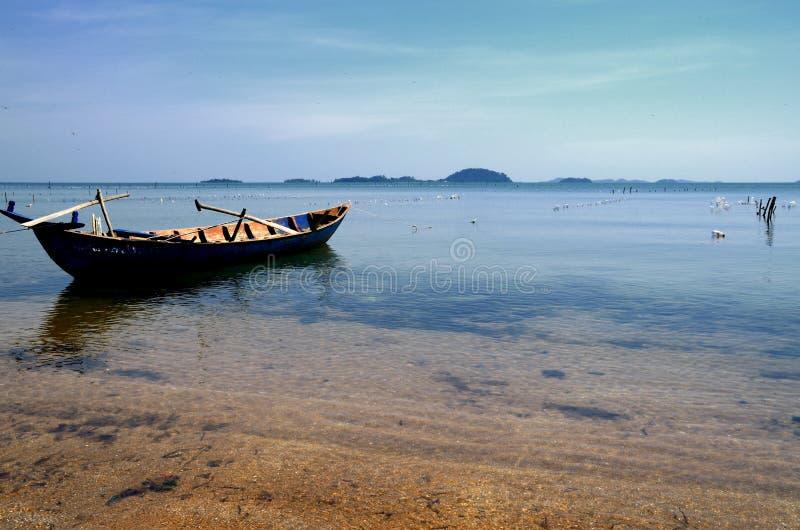 Vreedzame boot op het strand van het Eiland van het Konijn stock foto