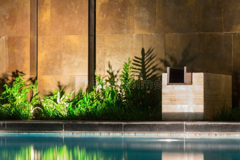 Vreedzame die poolbezinningen langs wildernisgroen dichtbij wordt geplant stock afbeelding