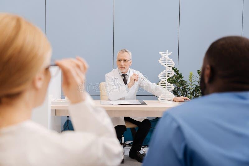 Vreedzame hogere arts die de lezing in de medische universiteit leiden royalty-vrije stock afbeeldingen