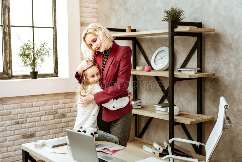 Vreedzame kortharige glimlachende moeder die al haar liefde uitdrukken stock fotografie