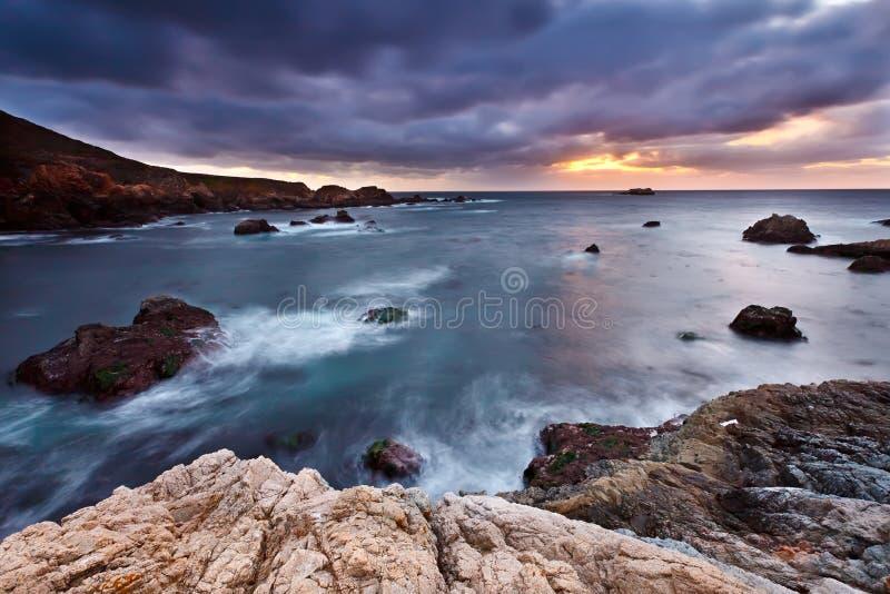 Vreedzame kust bij zonsondergang stock afbeelding