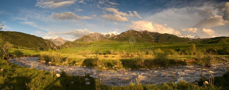Vreedzame mening van bergketen in zonlicht royalty-vrije stock afbeeldingen