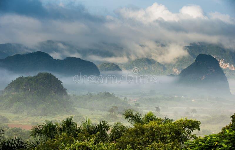 Vreedzame mening van Vinales-vallei bij zonsopgang Luchtmening van de Vinales-Vallei in Cuba Ochtendschemering en mist Mist bij d royalty-vrije stock afbeelding