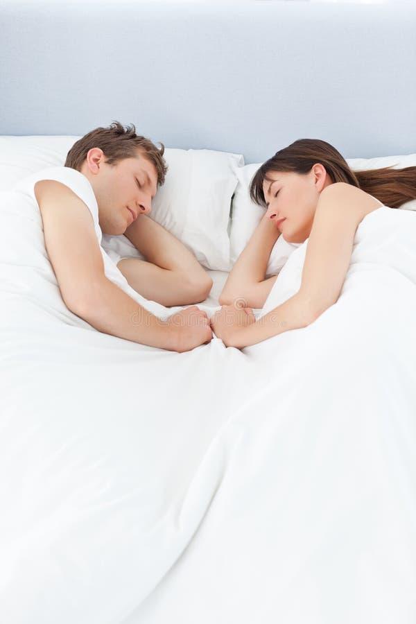 Vreedzame minnaars die samen slapen royalty-vrije stock afbeeldingen