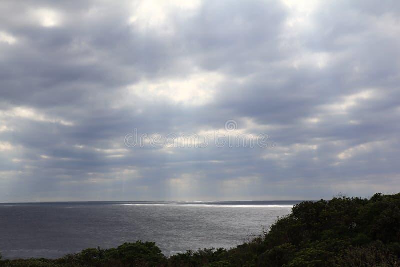Vreedzame oceaan bewolkt stock foto's