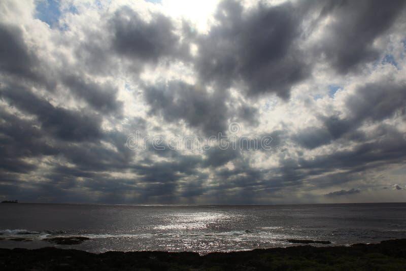 Vreedzame oceaan bewolkt stock foto