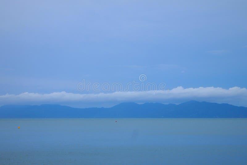Vreedzame oceaan de horizon van veel binnen van de bergen stock fotografie