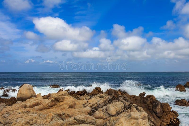 Vreedzame Oceaangolven die op ruw Noordelijk Californië c verpletteren royalty-vrije stock fotografie