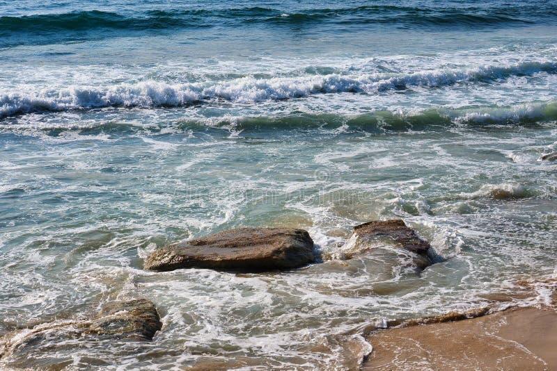 Vreedzame Oceaangolven op Cronulla-Strandrotsen en Zand, Sydney, Australië royalty-vrije stock fotografie