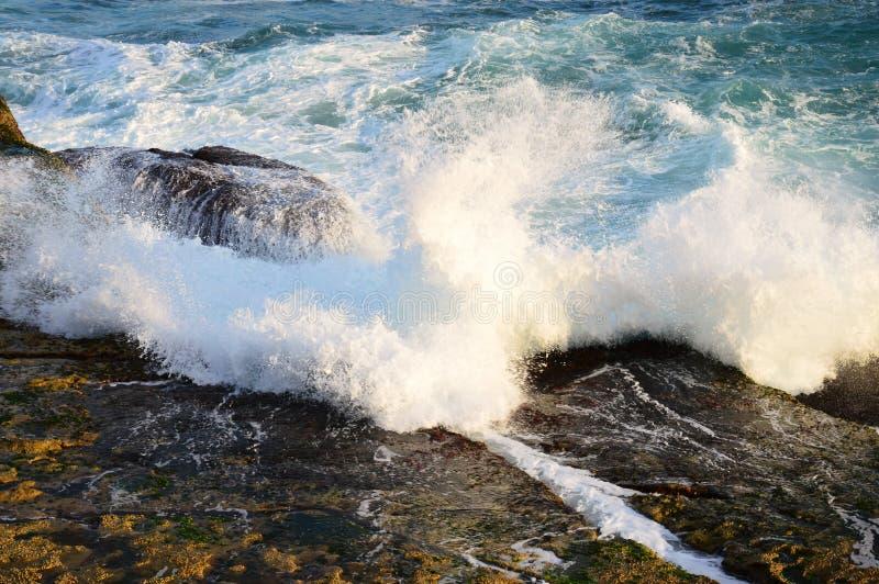 Vreedzame Oceaangolven op Rotsen stock afbeelding