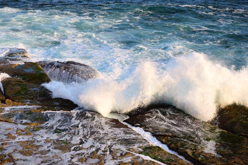 Vreedzame Oceaangolven op Rotsen stock fotografie