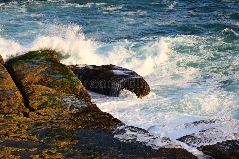 Vreedzame Oceaangolven op Rotsen royalty-vrije stock afbeeldingen
