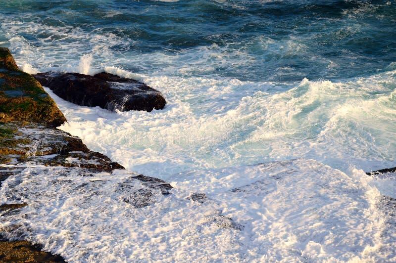 Vreedzame Oceaangolven op Rotsen stock foto