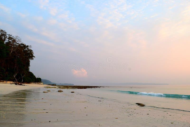 Vreedzame Ochtend bij Oorspronkelijk Strand met Roze Hemel - Natuurlijke Achtergrond - Kalapathar-Strand, Havelock-Eiland, Andama royalty-vrije stock afbeelding