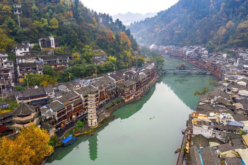 Vreedzame ochtend in de oude stad van Fenghuang langs TuoJiang-rivier stock foto