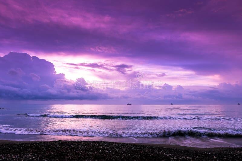 Vreedzame ochtend op de kust in Larnaca stock afbeeldingen