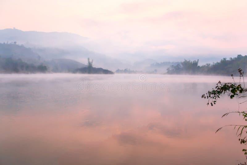 Vreedzame plaats, het Meer van Pakhong in ochtendlicht in zomer, zachte mistdekking op het meer en bergenachtergronden toneel royalty-vrije stock afbeeldingen