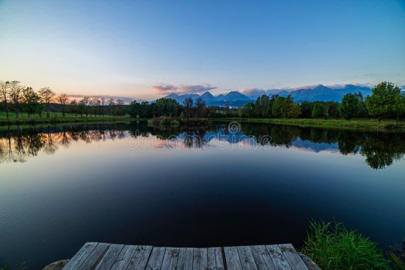 Vreedzame scène van het mooie landschap van de de herfstberg met meer stock fotografie