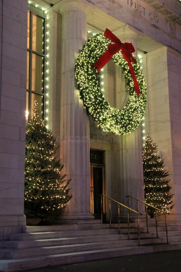 Vreedzame scène van Kerstmiskroon en bomen, versierend Adirondack-Vertrouwensco, Saratoga, New York, 2015 stock foto