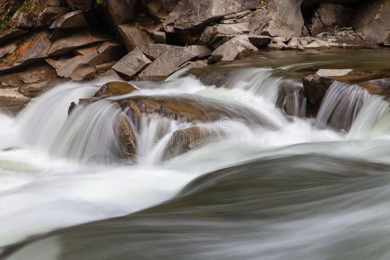 Vreedzame stromende stroom in bergen royalty-vrije stock foto