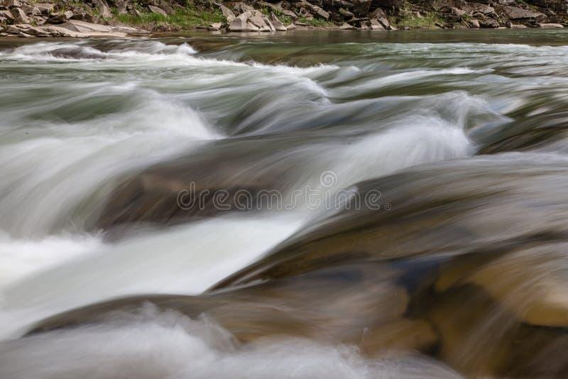 Vreedzame stromende stroom in bergen stock foto's
