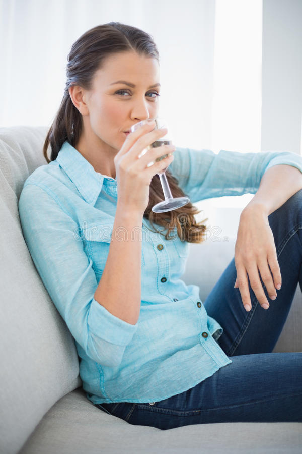 Vreedzame vrouw die witte wijn drinken stock foto's