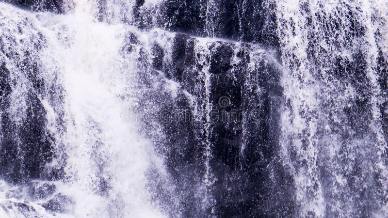 Vreedzame waterval met heel wat waterdruppeltjes stock foto's