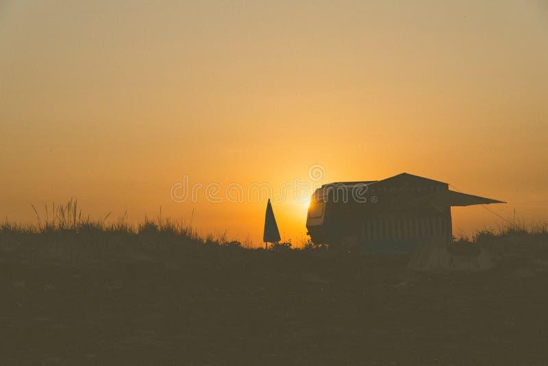 Vreedzame zonsondergang voor twee stock afbeeldingen