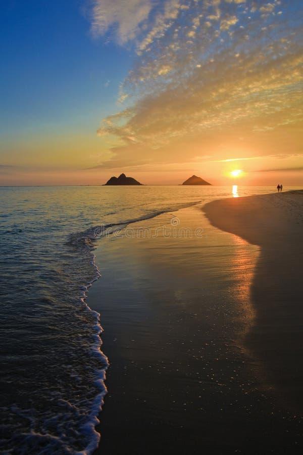 Vreedzame zonsopgang bij lanikaistrand, Hawaï royalty-vrije stock fotografie