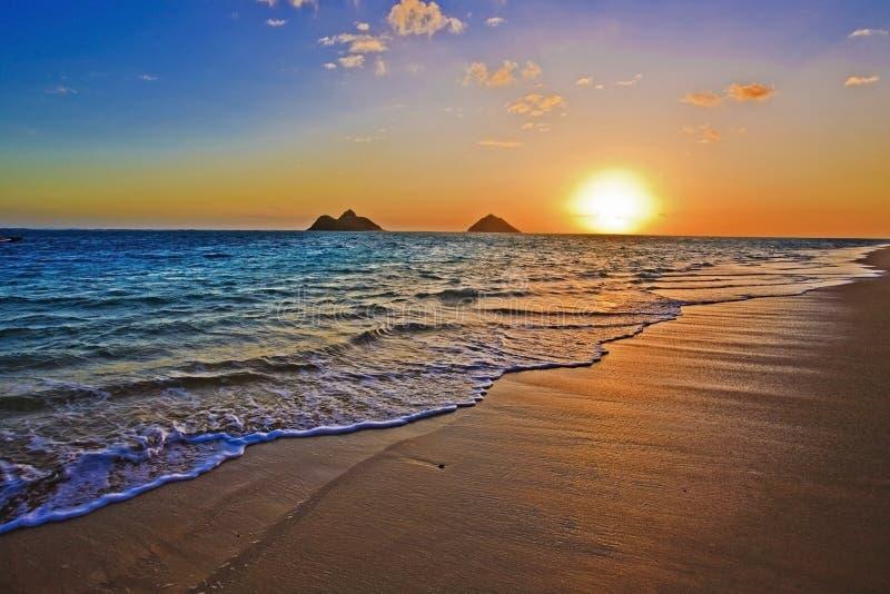 Vreedzame zonsopgang bij strand Lanikai in Hawaï stock foto