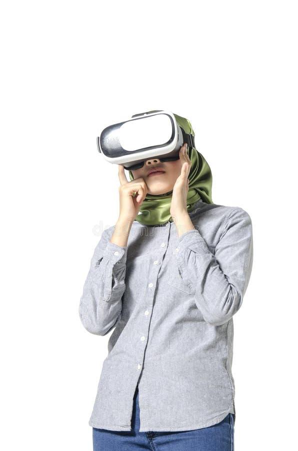 Vreemd gevoel, jonge vrouw met hijab die virtuele werkelijkheid bekijken stock fotografie