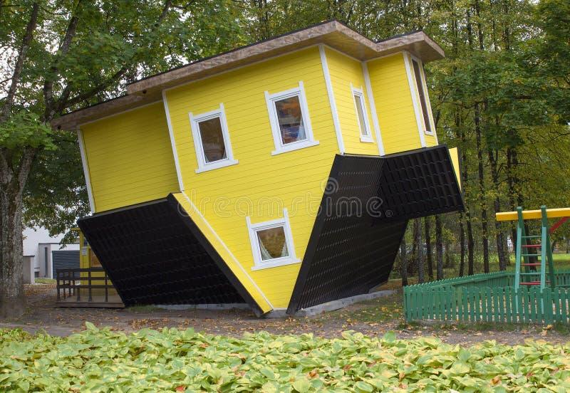 Vreemd houten omgekeerd huis in Litouwen, Druskininkai stock afbeelding