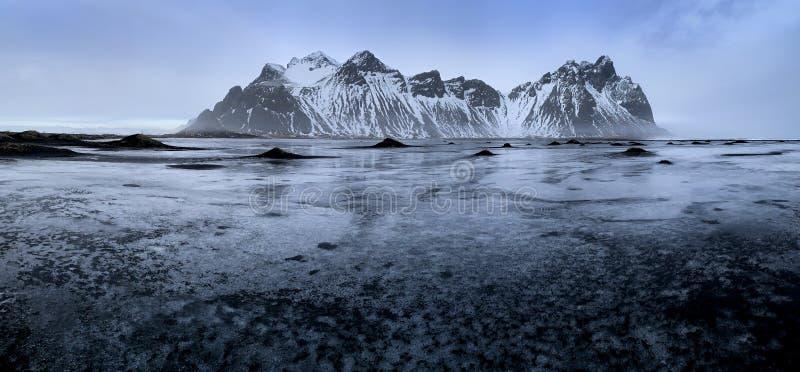 Vreemd ijs en zandpatronen in de zandduinen op het strand van Stoksnes royalty-vrije stock foto's