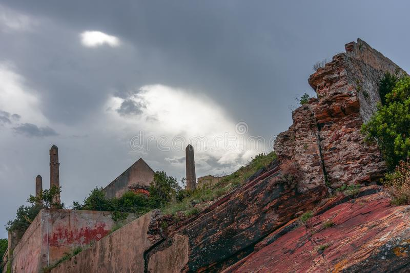 Vreemde oude huis oude fabriek met obelisken dichtbij de vesting op Elba Island in Toscanië stock fotografie