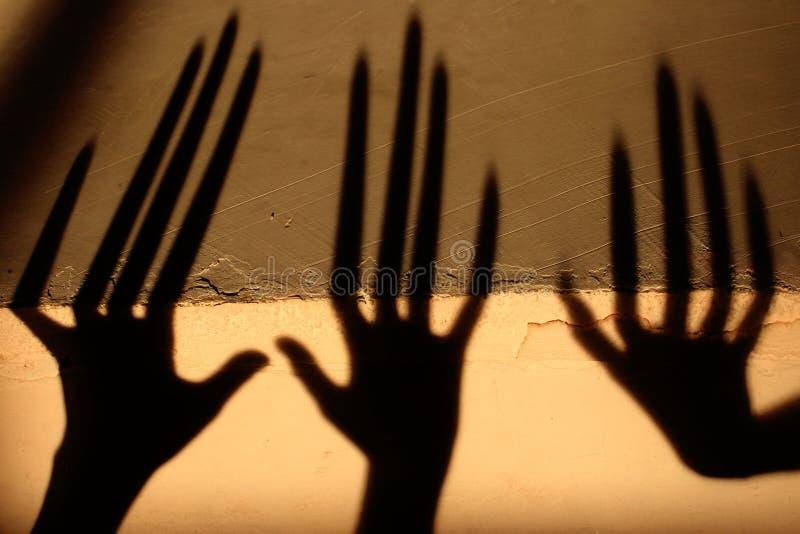 Vreemde Schaduw op de Muur Vreselijke Schaduw abstracte achtergrond Zwarte Schaduw van een Grote Hand op de Muur Silhouet van een royalty-vrije stock fotografie