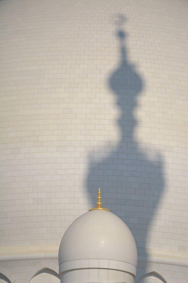 Vreemde schaduw van een moskeetoren stock foto