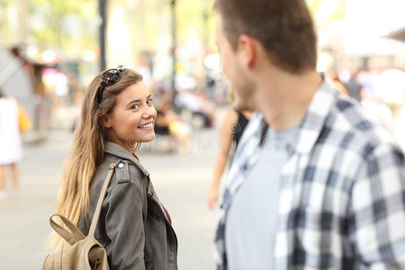 Vreemdelingenmeisje en kerel die op de straat flirten royalty-vrije stock foto's