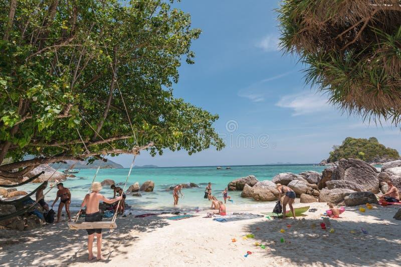 Vreemdelingstoeristen die in vakantie op andaman overzees reizen stock fotografie