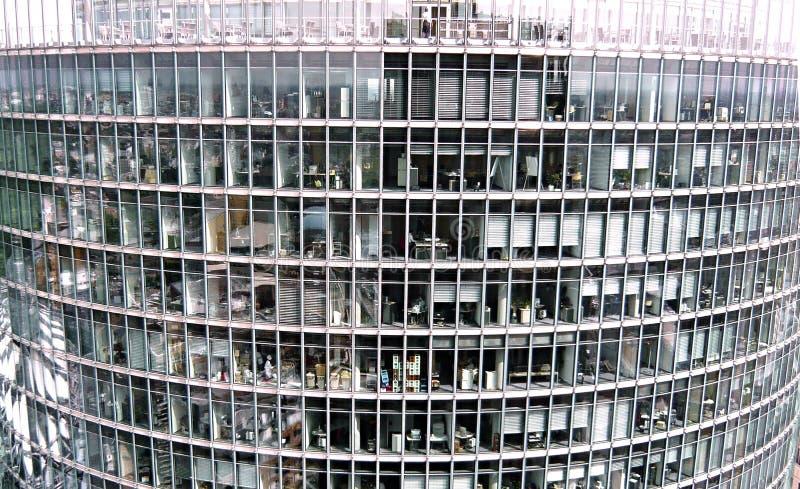 ?vregolven av en flerv?nings- kontorsbyggnad som fotograferas fr?n en n?rliggande byggnad royaltyfri foto