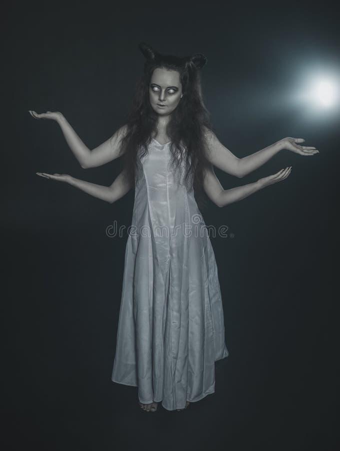 Vreselijk spook met vier handen op dark royalty-vrije stock foto
