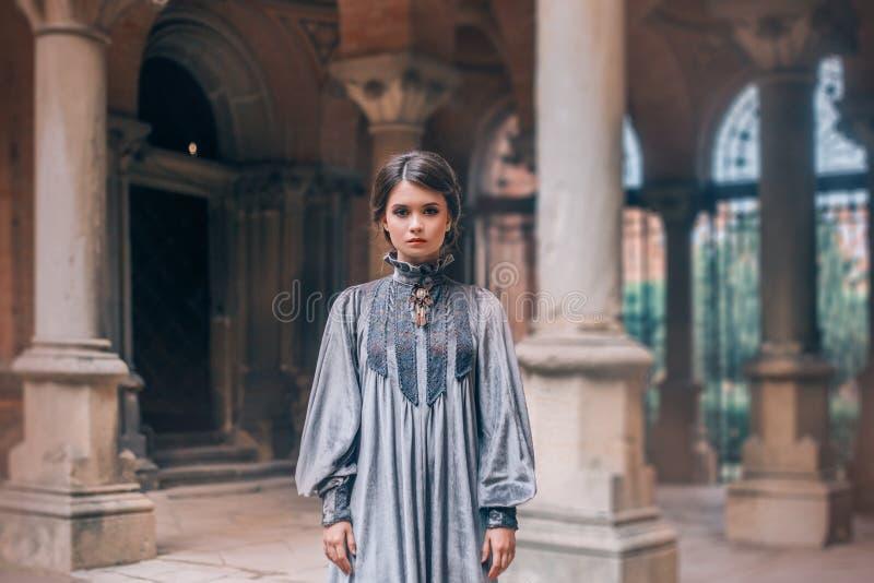 Vreselijke koud kijkt van non maakt hen bang, bekijkt een meisje met donker verzameld haar eenvoudige camera, dame in lang, vrij, royalty-vrije stock afbeelding